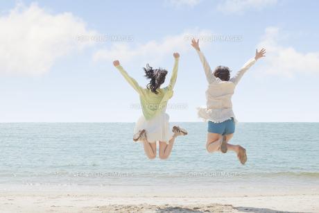 海辺で遊ぶ女の子たちの素材 [FYI00023841]