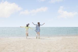 海辺で遊ぶ女の子たちの写真素材 [FYI00023845]
