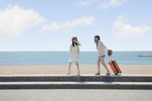 旅行をする女の子たちの素材 [FYI00023846]