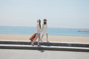 旅行をする女の子たちの写真素材 [FYI00023848]