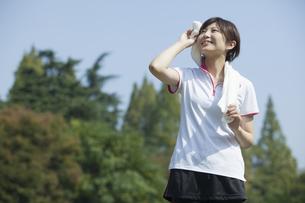 タオルを首に巻く女性の写真素材 [FYI00023849]
