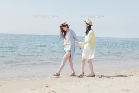 海辺で遊ぶ女の子たちの素材 [FYI00023851]