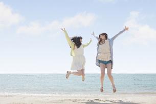 海辺で遊ぶ女の子たちの写真素材 [FYI00023852]