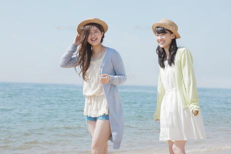 海辺で遊ぶ女の子たちの素材 [FYI00023854]