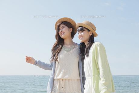 海辺で遊ぶ女の子たちの素材 [FYI00023855]