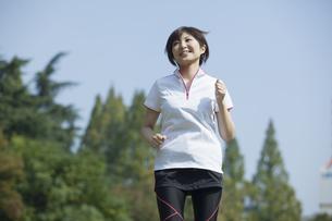 走る女性の素材 [FYI00023860]