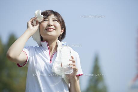 タオルを首に巻く女性の写真素材 [FYI00023865]