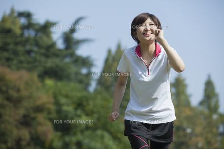 走る女性の素材 [FYI00023867]