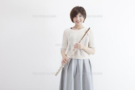 フルートを吹く女性の写真素材 [FYI00023877]