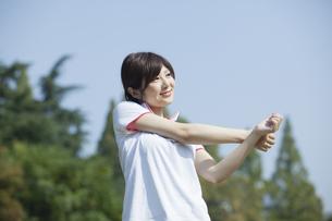ストレッチをする女性の写真素材 [FYI00023878]