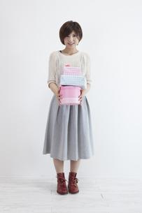 プレゼントを持つ若い女性の素材 [FYI00023881]
