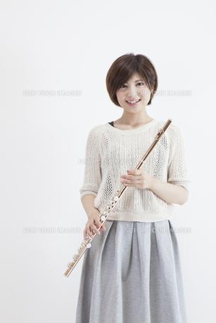 フルートを吹く女性の写真素材 [FYI00023882]