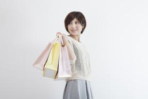 紙袋を持つ若い女性の素材 [FYI00023883]