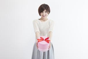 プレゼントを持つ若い女性の素材 [FYI00023887]