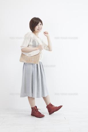 鞄を持つ若い女性の素材 [FYI00023890]