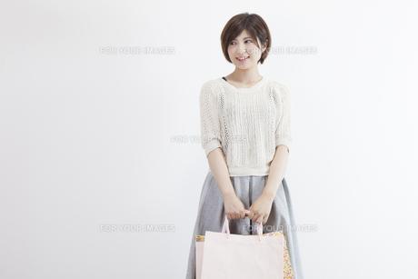 紙袋を持つ若い女性の素材 [FYI00023893]