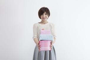 プレゼントを持つ若い女性の素材 [FYI00023894]