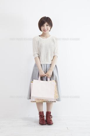 紙袋を持つ若い女性の素材 [FYI00023897]