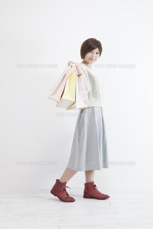 紙袋を持つ若い女性の素材 [FYI00023904]