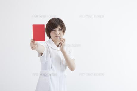 レッドカードを持つ看護師の素材 [FYI00023905]