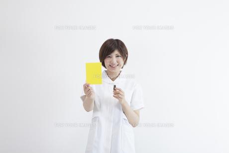 イエローカードを持つ看護師の写真素材 [FYI00023909]