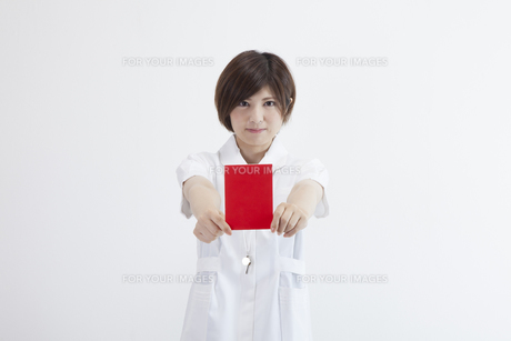レッドカードを持つ看護師の写真素材 [FYI00023921]