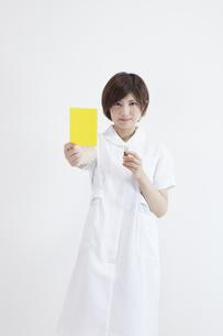 イエローカードを持つ看護師の写真素材 [FYI00023925]