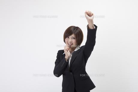 笛を吹く女性会社員の写真素材 [FYI00023927]