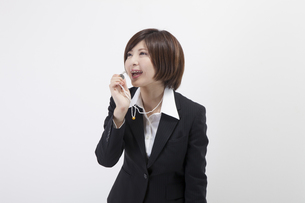 笛を吹く女性会社員の写真素材 [FYI00023928]