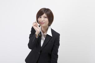 笛を吹く女性会社員の写真素材 [FYI00023930]