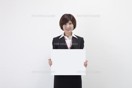 ホワイトボードを持つ女性会社員の素材 [FYI00023932]