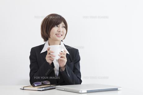 机に座る女性会社員の素材 [FYI00023934]
