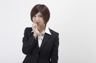 笛を吹く女性会社員の素材 [FYI00023938]
