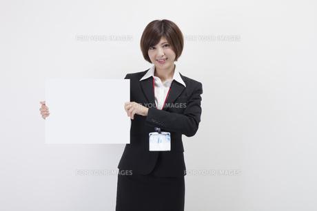 ホワイトボードを持つ女性会社員の素材 [FYI00023941]