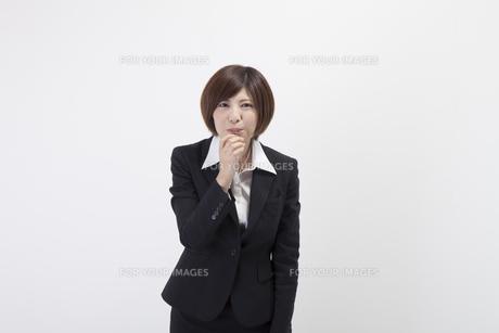 笛を吹く女性会社員の素材 [FYI00023943]