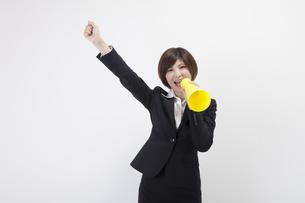 メガホンを持つ女性会社員の素材 [FYI00023944]