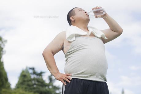 公園で運動する中年男性の写真素材 [FYI00023975]