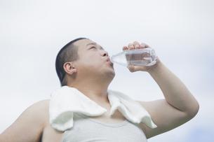 公園で運動する中年男性の写真素材 [FYI00023981]