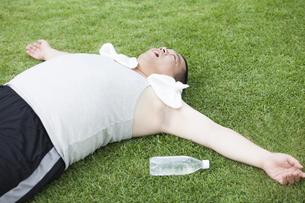 公園で運動する中年男性の写真素材 [FYI00023984]