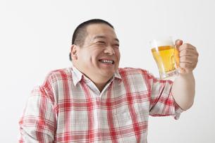 食事を摂る中年男性の写真素材 [FYI00023989]