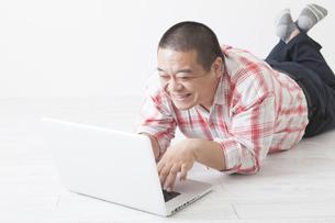寝そべる中年男性の写真素材 [FYI00023990]