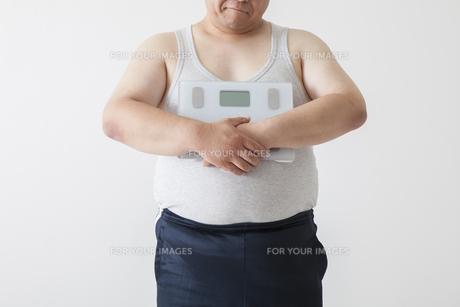 お腹がきになる中年男性の写真素材 [FYI00023991]