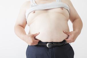 お腹がきになる中年男性の写真素材 [FYI00023992]