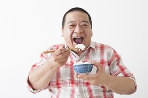 食事を摂る中年男性の写真素材 [FYI00023995]