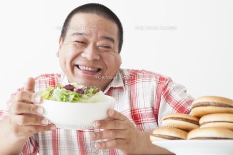 食事を摂る中年男性の写真素材 [FYI00023996]