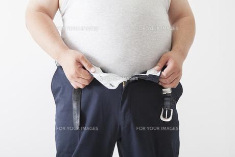 お腹がきになる中年男性の写真素材 [FYI00023997]