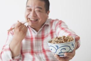 食事を摂る中年男性の写真素材 [FYI00024000]