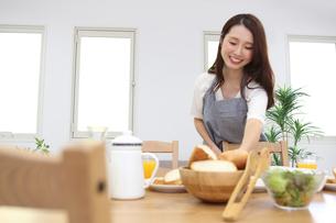 朝食を用意する母親の素材 [FYI00024028]
