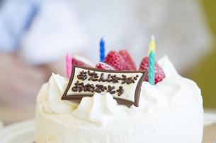 お誕生日を祝う家族の写真素材 [FYI00024035]