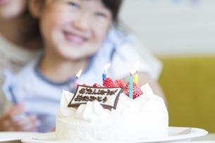 お誕生日を祝う家族の素材 [FYI00024044]